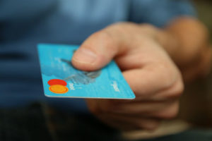 Długi z karty kredytowej obciążają spadkobierców