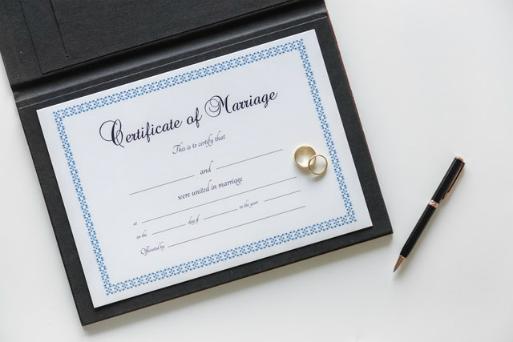 Jednym ze sposobów osiągnięcia pełnoletności jest zawarcie małżeństwa przez 16-letnia kobietę.